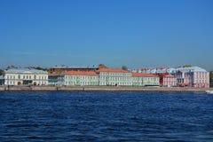 Sikt av den Universitetskaya invallningen och slotten av Pyotr II i St Petersburg, Ryssland Royaltyfria Foton