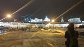 Sikt av den upplysta Kreml i vinteraftonen, Kazan, Ryssland arkivbild