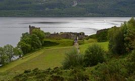 Sikt av den Urquhart slotten, Loch Ness, Skottland, Förenade kungariket Arkivbilder