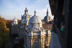 Sikt av den Vajdahunyad slotten i aftonen Arkivfoton