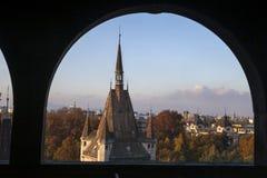 Sikt av den Vajdahunyad slotten i aftonen Royaltyfria Bilder