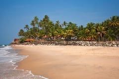 Sikt av den Varkala stranden, strandhotell  Arkivfoton