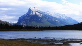 Sikt av den Vermillion sjöar och monteringen Rundle nära Banff, Alberta Royaltyfria Foton