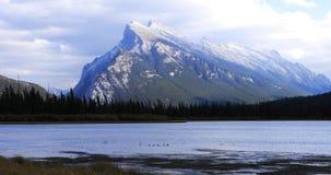 Sikt av den Vermillion sjöar och monteringen Rundle nära Banff, Kanada Royaltyfri Fotografi