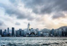 Sikt av den Victoria hamnen och affärsmitt av Hong Kong Island arkivfoton