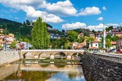 Sikt av den Vijecnica bron i Sarajevo Arkivbilder