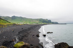 Sikt av den Vik byn och havet, Island royaltyfria foton