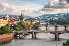 Sikt av den Vltava floden med broar i Prague Arkivfoto