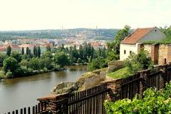 Sikt av den Vltava floden med Visegrad, Prague Arkivfoton