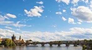 Sikt av den Vltava floden och Charles Bridge i Praha, tjeckiska Repu Royaltyfri Fotografi