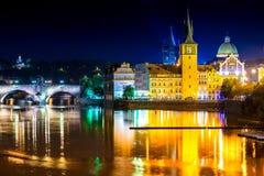 Sikt av den Vltava floden och Charles Bridge på skymning Prague Cze Royaltyfri Fotografi