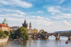Sikt av den Vltava floden och Charles Bridge Prague för republiktown för cesky tjeckisk krumlov medeltida gammal sikt royaltyfri foto