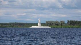 Sikt av den Volga för monument`-moder `en i den Rybinsk behållaren, moln på en sommardag Yaroslavl region, Ryssland arkivfilmer