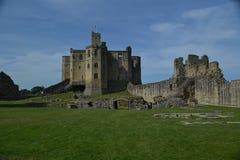 Sikt av den Warkworth slotten, Northumberland Royaltyfri Fotografi
