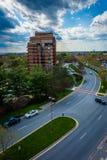 Sikt av den Washingtonian boulevarden och byggnader i Gaithersburg, M Royaltyfri Bild