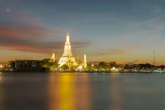 Sikt av den Wat Arun templet på solnedgången i bangkok Thailand Wat Arun är den bästa buddistiska templet Thailand och bland  arkivfoto