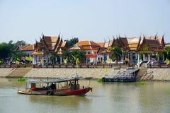 Sikt av den Wat Kasutlatirat-Vorlawiharn templet och ett fartyg Arkivbilder