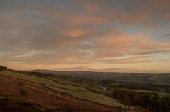 Sikt av den Wharfe dalen från den Ilkley heden på soluppgång fotografering för bildbyråer