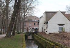 Sikt av den Woluwe floden och den gamla Lindekemalen Watermill arkivbild