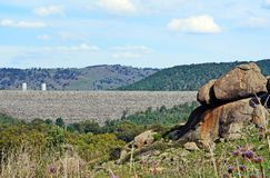 Sikt av den Wyangala fördämningväggen från omgeende kullar Arkivbilder