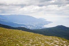 Sikt av den Yalta staden från detPetri berget crimea royaltyfri bild