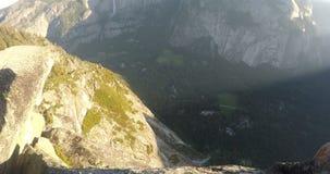 Sikt av den Yosemite dalen under en sommarsoluppgång stock video