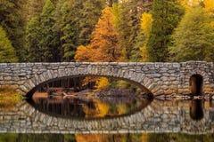 Sikt av den Yosemite nationalparken i höst Arkivbild