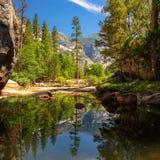 Sikt av den Yosemite nationalparken med reflexion i sjön Fotografering för Bildbyråer
