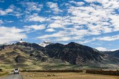 Sikt av den Zanskar dalen runt om Padum villange Arkivbilder