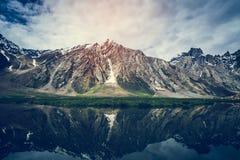 Sikt av den Zanskar dalen runt om Padum villange Royaltyfri Bild