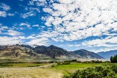 Sikt av den Zanskar dalen runt om Padum villange och stort himalayan Royaltyfria Bilder