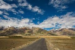 Sikt av den Zanskar dalen runt om Padum villange och stort himalayan Royaltyfri Foto