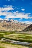Sikt av den Zanskar dalen runt om Padum villange och stort himalayan Fotografering för Bildbyråer
