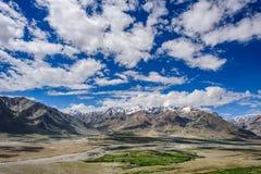 Sikt av den Zanskar dalen runt om Padum villange och stort himalayan Arkivbilder