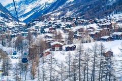 Sikt av den Zermatt byn som täckas med snö Royaltyfri Bild