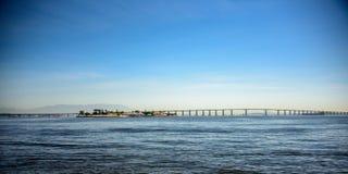 Sikt av denNiteroi bron som korsar den Guanabara fjärden, Brasilien royaltyfri foto