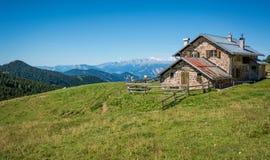 Sikt av det alpina berget som är scenary med den traditionella gamla bergchalet på en sommardag Dolomitesberg, södra Tyrol, Itali Royaltyfri Foto