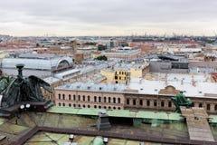 Sikt av det Amiralitetet området från kolonnaden av domkyrkan för ` s för St Isaac i St Petersburg Royaltyfria Foton