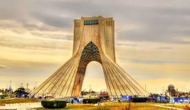 Sikt av det Azadi tornet i Teheran Arkivfoto