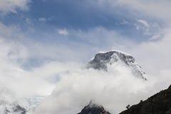 Sikt av det bästa dolt för berg vid snön Vandring till Laguna 69 i den Cordillera Blancaen i Huaraz, Peru Royaltyfria Bilder