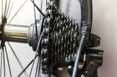 Sikt av det bakre hjulet med det bakre kugghjulet av cykeln Royaltyfria Bilder