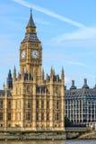 Sikt av det Big Ben tornet i London med kopieringsutrymme i himmel Arkivfoto