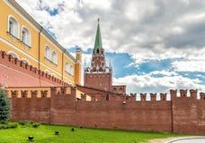 Sikt av det Borovitskaya tornet med väggen för röd tegelsten för Kreml från Alexander Garden i Moskva Arkivbilder