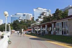Sikt av det bostads- komplexa vattenområdet med strandudden Tolstoy Gelendzhik royaltyfria bilder