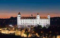Sikt av det Bratislava låset på natten Royaltyfri Bild
