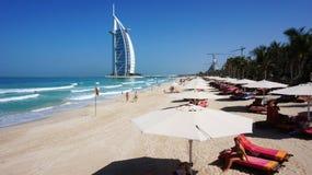 Sikt av det Burj Al Arab hotellet från den Jumeirah stranden Arkivbild