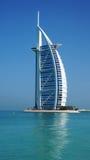 Sikt av det Burj Al Arab hotellet från den Jumeirah stranden Royaltyfri Bild