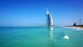 Sikt av det Burj Al Arab hotellet från den Jumeirah stranden Arkivfoto