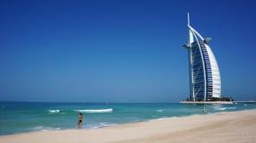 Sikt av det Burj Al Arab hotellet från den Jumeirah stranden Royaltyfri Foto