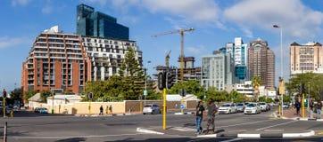 Sikt av det Cape Town affärsområdet med gatan i förgrund royaltyfria bilder